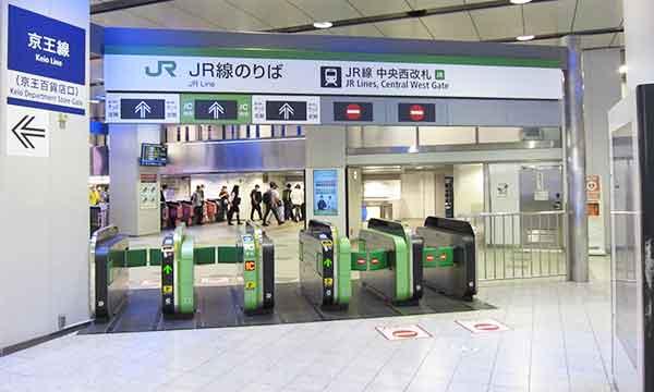 JR新宿駅西口の中央西改札(京王口)前